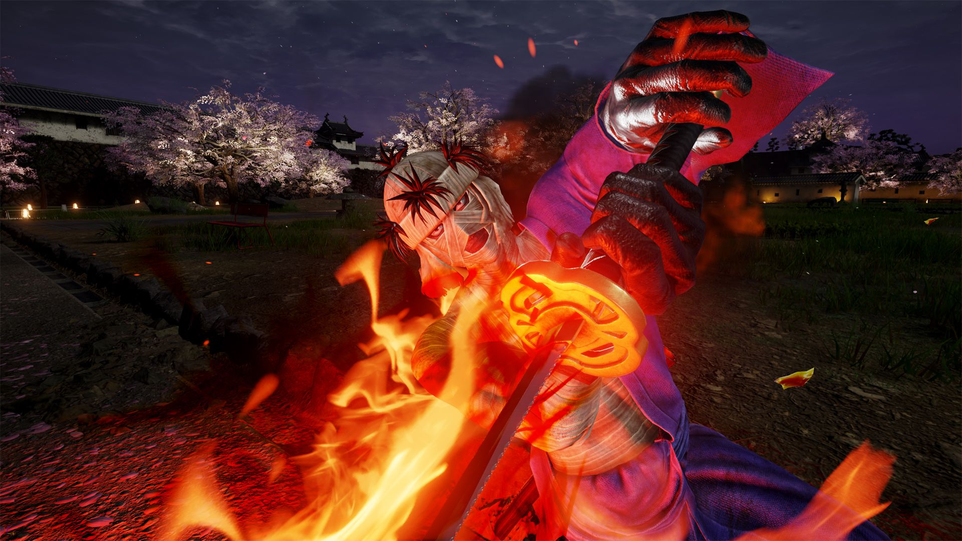 Un screenshot de Makoto donnant un coup de sabre enflammé en direction de la caméra.